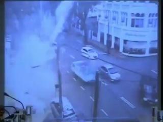 В Малайзии 48-метровый шпиль, упал с небоскреба на дорогу